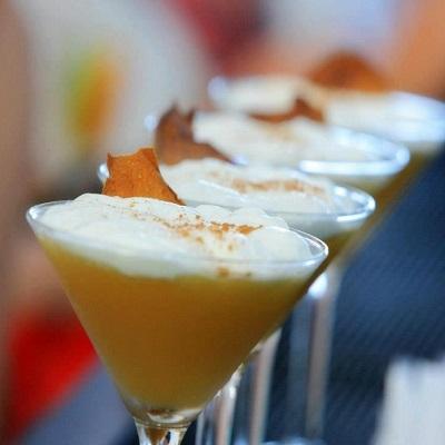Corteo Vertu - авторский коктейль на основе выдержанного  виски, кленового сиропа с  нотками корицы. Коктейль украшен коричной пеной и карамелизированным грушевым чипсом.