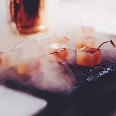 Водка-Ред Бул - молекулярный коктейль на основе водки, энергетика и сока лимона в виде кубиков желе с котельной вишней.