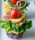 Канапе из фрикадельки, жареного бекона, сыра и овощей