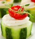 Канапе из свежего огурца, вяленого томата и мягкого сыра