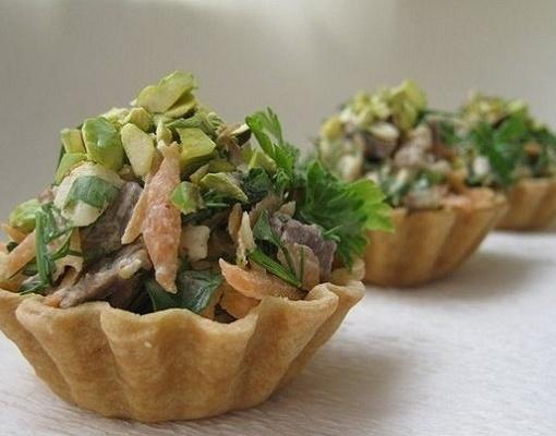 Корзиночка с мясным салатом
