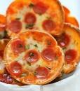 Мини-пицца с сосисками и моцареллой