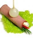 Рулетик из копченой говядины с сырным соусом, сладким перцем и жемчужным луком