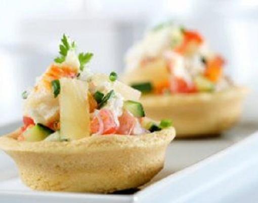 Тарталетка с салатом из лосося-гриль
