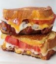 Горячий сэндвич с беконом, помидором и сыром