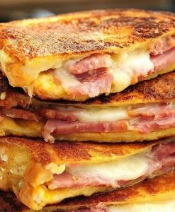 Горячий сэндвич с ветчиной и сыром