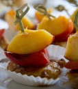 Канапе из куринрго слайса с печеным перцем и нектарином