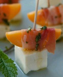 Канапе из персика, пармы и брынзы