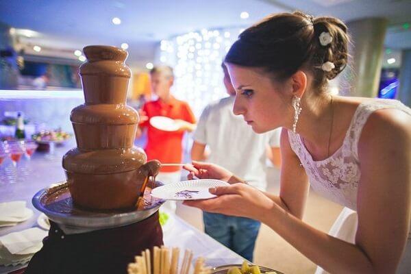 Свадебный шоколадный фонтан