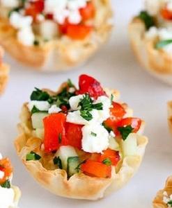 Тарталетка с весенним салатом