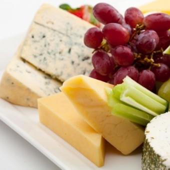 Сырное изобилие с фруктами