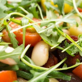 Чили-салат с жареным чоризо и спаржей