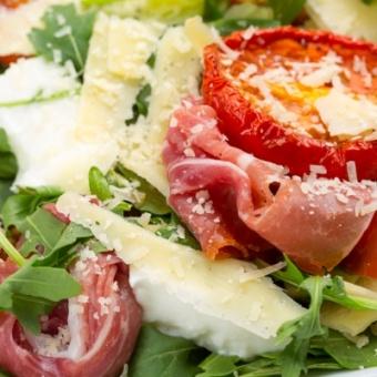 Салат с пармской ветчиной и томатами-гриль verrine