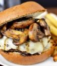Биф Бургер с жареными грибами и фри